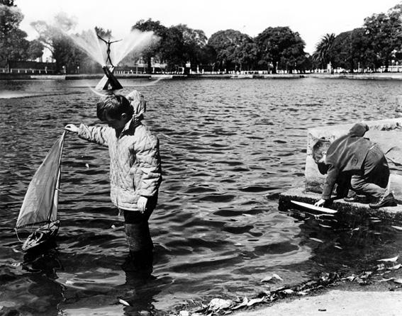 Boys sailing boats on Kippax Lake, Moore Park c1977